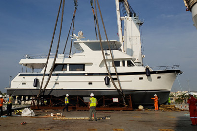 New Outer Reef 700 Motoryacht Offload Video
