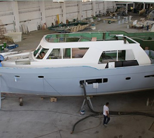 Transom fitted to first Trident 550